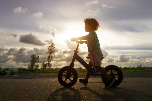 Gør gåturene lettere med en løbecykel