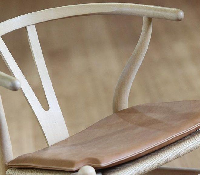 Pift indretningen op med læderhynder til stolene